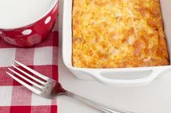 Hemlagad frukostcasserole royaltyfri bild