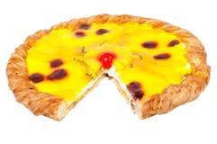 Hemlagad fruktpizza med stycken av mänskligheten och körsbäret Royaltyfri Foto