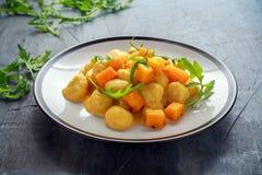 Hemlagad gnocchi för Butternutsquash med den lösa raket i en platta Arkivfoton