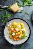 Hemlagad gnocchi för Butternutsquash med den lösa raket och parmesan, ricottaost Royaltyfri Fotografi