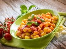 Hemlagad gnocchi med tomatsås Fotografering för Bildbyråer
