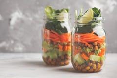 Hemlagad grön sallad i en glass krus med bakade kikärtar, guacam Royaltyfria Bilder