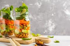 Hemlagad grön sallad i en glass krus med bakade kikärtar, guacam Royaltyfri Fotografi