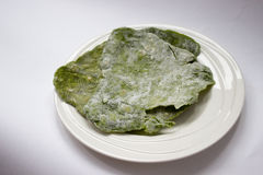 Hemlagad grön spenattunnbröd Arkivfoto