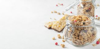 Hemlagad granola med bär i en murarekrus på vit bakgrund royaltyfri foto