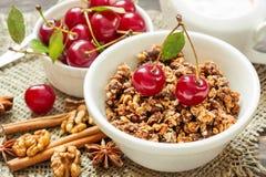 Hemlagad granola med kräm och körsbär för frukost Arkivfoto