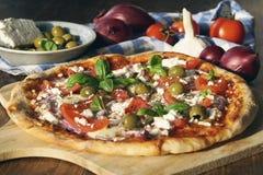 Hemlagad grekisk pizza royaltyfri foto