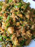 Hemlagad grillad kryddig mat av sydliga Thailand göras från fläskkotlett, uppståndelse stekt blandat med kryddor Royaltyfri Foto