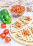 Hemlagad höna-ost quesadilla med salsa överst arkivbilder