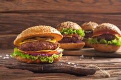 Hemlagad hamburgarecloseup på träbakgrund arkivfoto