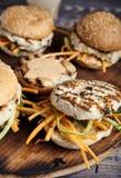 Hemlagad hamburgareThailändsk-stil på skärbräda arkivfoton