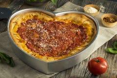 Hemlagad hjärta formad Chicago karottpizza royaltyfri bild