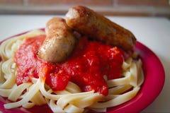 Hemlagad italiensk korv och pasta Arkivbilder