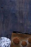 Hemlagad jordnötkötthamburgareliten pastej på lantlig träbakgrund kopiera avstånd Arkivbild