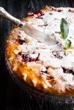 Hemlagad körsbärsröd paj med mandeln, lodlinje royaltyfria bilder
