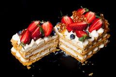 Hemlagad kaka för Puff med kräm och bär royaltyfri fotografi