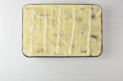 Hemlagad kaka i en exponeringsglasbunke som isoleras på vit bakgrund royaltyfri bild