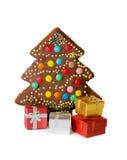 Hemlagad kaka i form av det isolerade julträdet och gåvaaskar Arkivbild