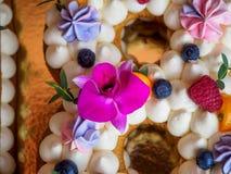 Hemlagad kaka i form av nummer arton Arkivfoto