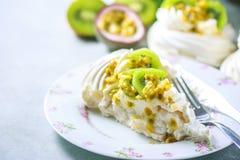 Hemlagad kaka Pavlova med piskad kräm, den nya kiwin och passionfrukt Royaltyfri Fotografi