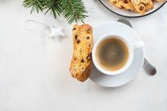 Hemlagad kakabiscotti för jul med torra bär och koppen kaffe arkivbilder