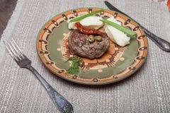 Hemlagad kotlett med mosade potatisar på en platta på gammal träta royaltyfri bild
