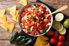 Hemlagad kryddig pico de gallo närbild i en bunke och nachos Hori arkivbild