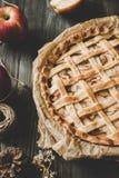 Hemlagad läcker äppelpaj på trätabellen close upp royaltyfri foto