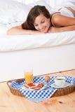 hemlagad le hållande ögonen på kvinna för underlagfrukost Arkivfoto