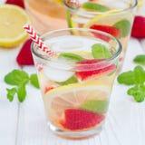 Hemlagad lemonad för jordgubbemintkaramell på den vita trätabellen, fyrkant Royaltyfri Fotografi