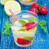 Hemlagad lemonad för jordgubbemintkaramell på trätabellen, fyrkantigt format Royaltyfri Fotografi