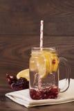 Hemlagad lemonad med granatäpplet arkivbilder