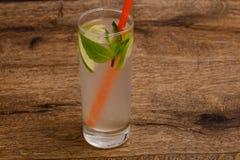 Hemlagad lemonad med limefrukt arkivfoton
