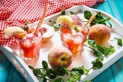 Hemlagad lemonad med mogna persikor och den nya mintkaramellen Arkivfoton