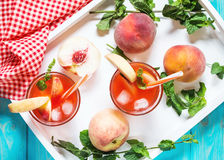 Hemlagad lemonad med mogna persikor och den nya mintkaramellen Royaltyfria Foton