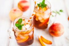 Hemlagad lemonad med mogna persikor och den nya mintkaramellen ny persika Fotografering för Bildbyråer