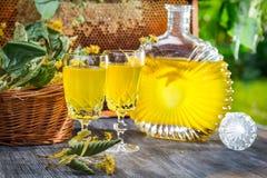 Hemlagad likör som göras av honung och limefrukt i trädgård Arkivbild