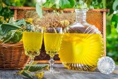 Hemlagad likör som göras av honung och limefrukt i trädgård Royaltyfria Foton