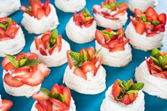 Hemlagad liten modell för kakor för jordgubbepavlovamaräng med kräm- bästa sikt Arkivfoton