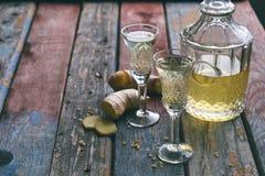 Hemlagad ljust rödbrun tinktur eller öl på träbakgrund Lantlig stil Gul likör för krydda i ett exponeringsglas Alkoholdrink arkivfoton
