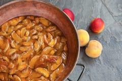 Hemlagad marmelad eller driftstopp som bearbetar från apricotes eller persikor arkivfoto