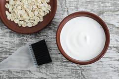 Hemlagad maskering som göras av yoghurt, olivolja och havremjölet för gräddfil grekisk Diy skönhetsmedel royaltyfri foto