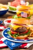 Hemlagad Memorial Day hamburgarepicknick royaltyfri foto