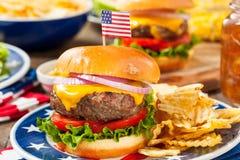 Hemlagad Memorial Day hamburgarepicknick royaltyfri fotografi