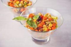 Hemlagad mexicansk sallad i bunkewithbeans, havre, tomat, peppar och andra grönsaker arkivfoton