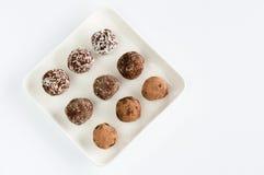 Hemlagad naturlig strikt vegetarianchokladtryffel med kakao på den vita plattan Fotografering för Bildbyråer