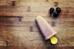 Hemlagad ny körsbärsröd isglass med bär på träskärbräda tonad bild Top beskådar Sommarmatbegrepp Royaltyfri Bild