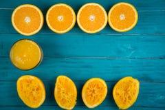 Hemlagad ny organisk orange fruktsaft och press Royaltyfria Bilder