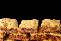 Hemlagad organäppelpajefterrätt som är klar att äta på bakgrunden av svart arkivfoto