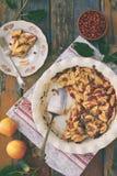 Hemlagad organisk äppelpaj med lingonet på träbakgrund Bär och fruktkaka som är klar att äta stekhett hemlagat Sund pastri arkivbilder